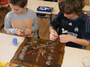 Les élèves construisent leurs plateaux électriques